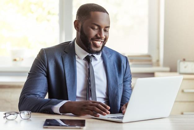 Homem de negócios afro-americano no terno clássico. Foto Premium