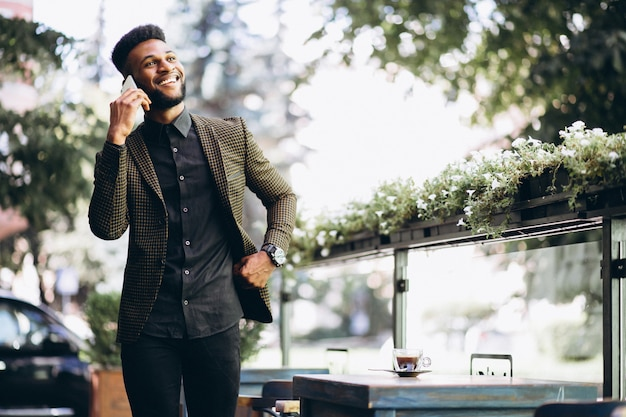 Homem de negócios americano africano falando no telefone Foto gratuita