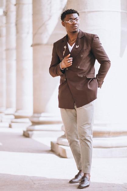 Homem de negócios americano africano no terno Foto gratuita