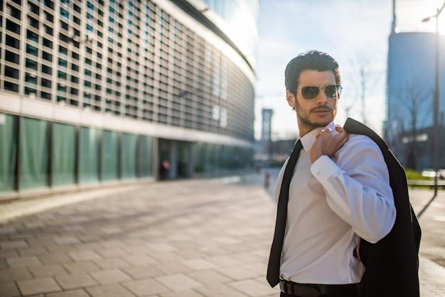 Homem de negócios andando em uma cidade Foto Premium