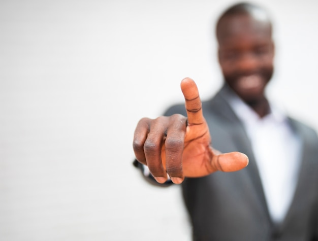 Homem de negócios, apontando para cima Foto gratuita