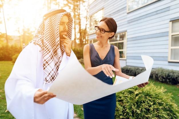 Homem de negócios árabe que olha o mapa com plano de trabalho. Foto Premium