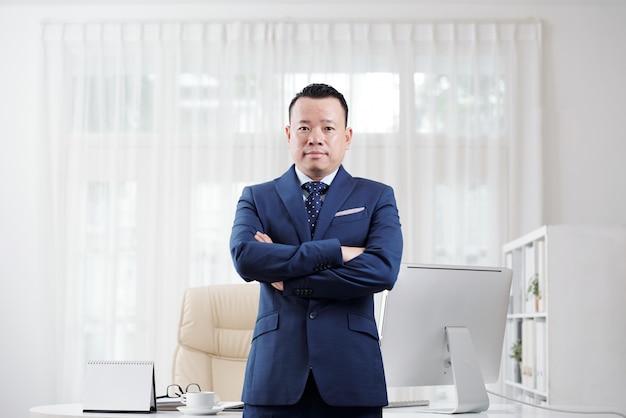 Homem de negócios asiático experiente Foto gratuita