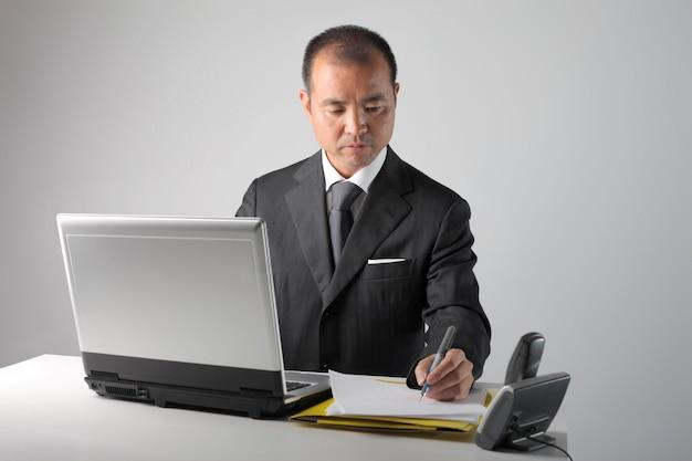 Homem de negócios asiático ocupado Foto Premium