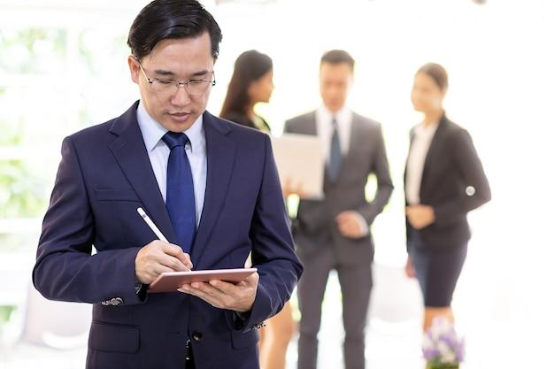 Homem de negócios asiático trabalhando com equipe Foto Premium