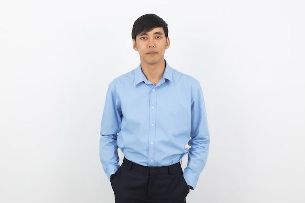 Homem de negócios asiáticos bonito jovem olhando para câmera isolada no branco Foto Premium