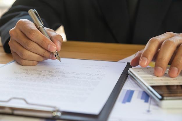 Homem de negócios, assinando um contrato. possui o sinal de negócios pessoalmente. Foto Premium