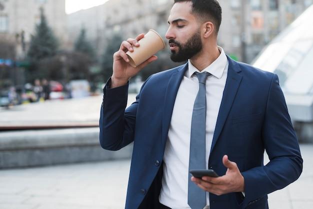 Homem de negócios, bebendo café Foto gratuita