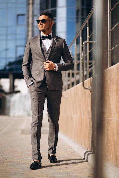 Homem de negócios bonito de terno Foto gratuita
