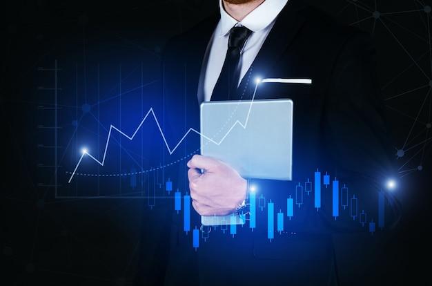 Homem de negócios bonito jovem segurando o tablet inteligente móvel com conexão de ligação de rede global de efeito e gráfico gráfico do diagrama gráfico do mercado de ações Foto Premium