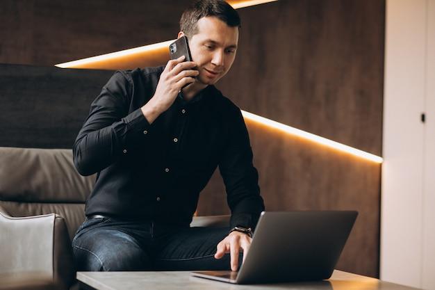 Homem de negócios bonito trabalhando no computador no escritório Foto gratuita