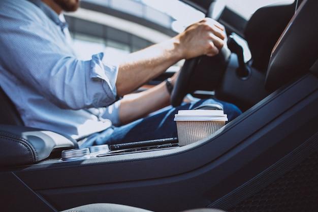 Homem de negócios bonito viajando em um carro Foto gratuita