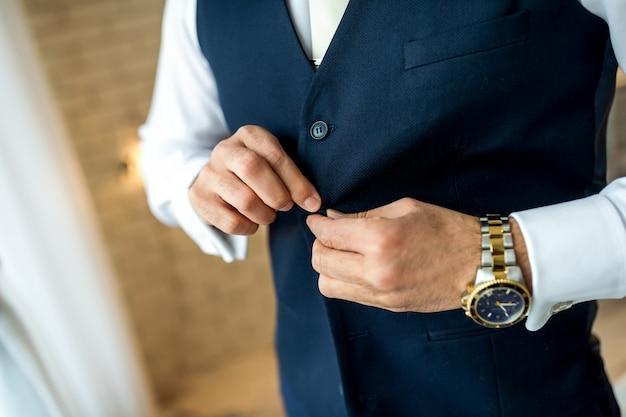 Homem de negócios botão seu casaco. homem se preparando para o trabalho. Foto Premium