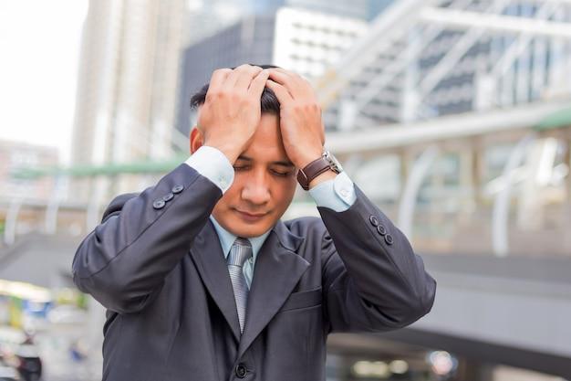 Homem de negócios cansado ou estressado após o seu trabalho. Foto Premium