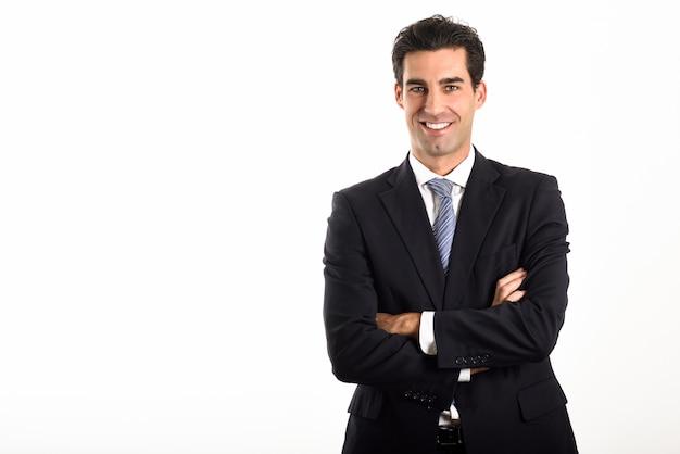 Homem de negócios com os braços cruzados e sorrindo Foto gratuita