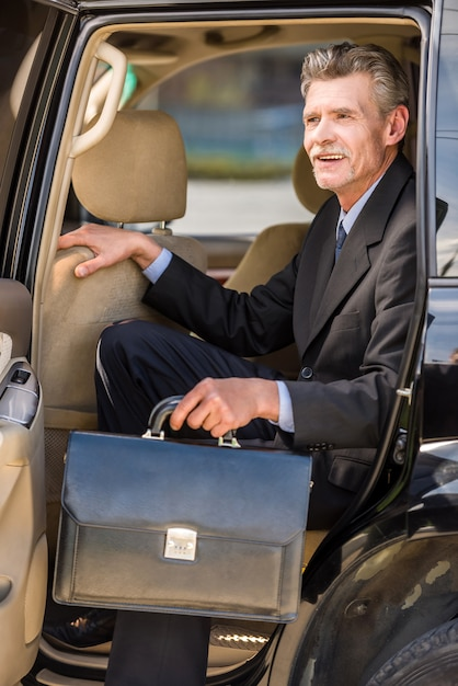 Homem de negócios considerável de sorriso maduro no terno. Foto Premium