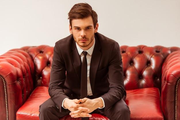 Homem de negócios considerável moderno vestido no terno clássico. Foto Premium