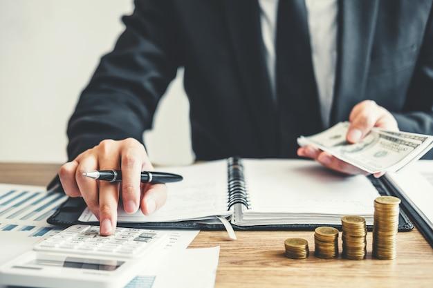 Homem de negócios contabilidade cálculo custo investimento econômico e poupança Foto Premium