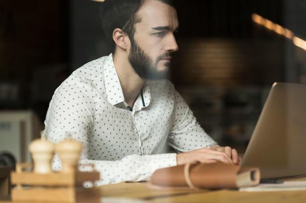 Homem de negócios de baixo ângulo trabalhando Foto gratuita