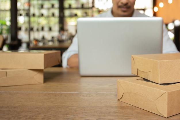 Homem de negócios de inicialização trabalhando no laptop computador com parcela na tabela. Foto Premium