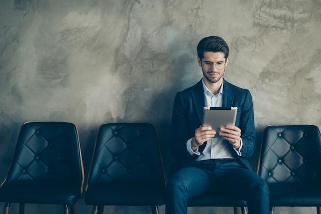 Homem de negócios elegante posando contra a parede cinza Foto Premium
