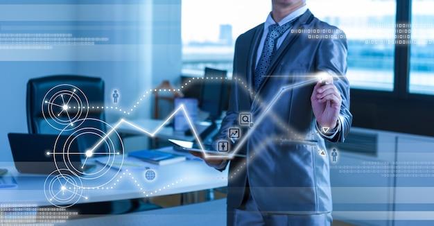 Homem de negócios em terno cinza azul usando caneta digital, trabalhando com o conceito de negócio de tela virtual digital Foto Premium