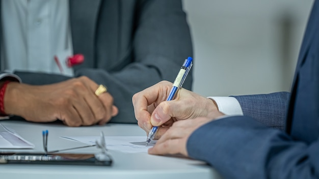 Homem de negócios escrevendo atas de reunião Foto Premium