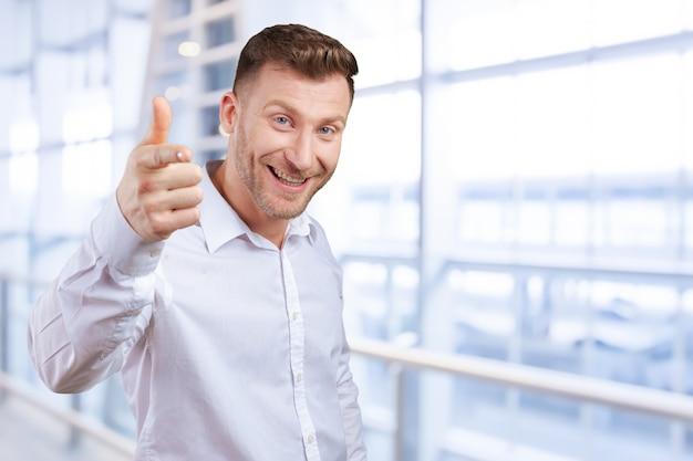 Homem de negócios está apontando para você Foto Premium