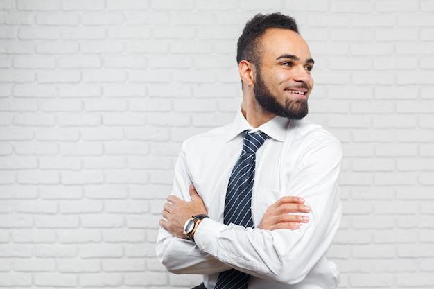 Homem de negócios executivo americano africano alegre bonito Foto Premium
