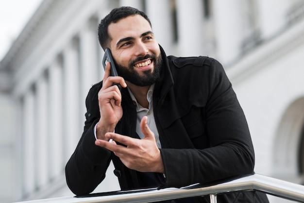 Homem de negócios, falando por telefone Foto gratuita