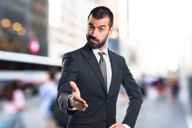 Homem de negócios fazendo um acordo sobre o fundo não focado Foto Premium