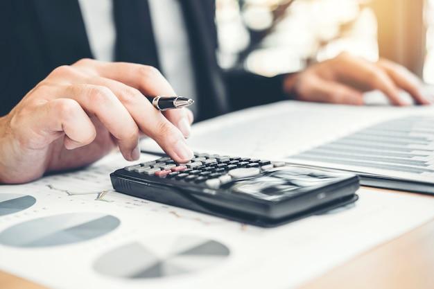 Homem de negócios financeiros contabilidade cálculo de custo investimento econômico Foto Premium