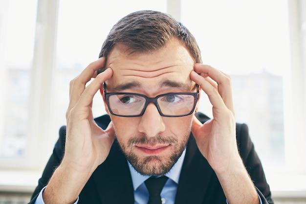 Homem de negócios frustrante com óculos Foto gratuita