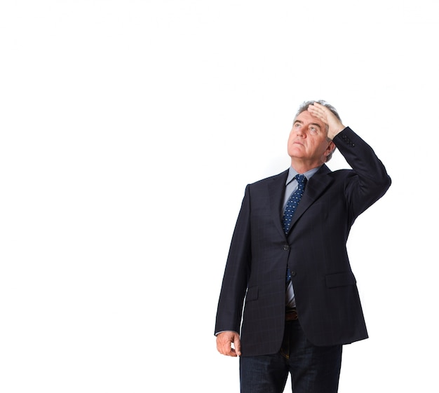 Homem de negócios incomodado olhando para cima Foto gratuita