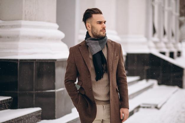 Homem de negócios jovem bonito lá fora no inverno Foto gratuita