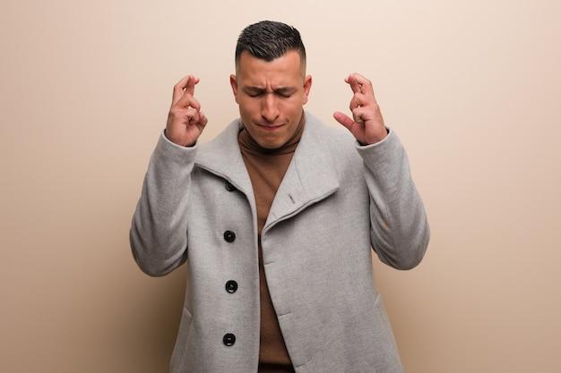 Homem de negócios jovem latina, cruzando os dedos por ter sorte Foto Premium