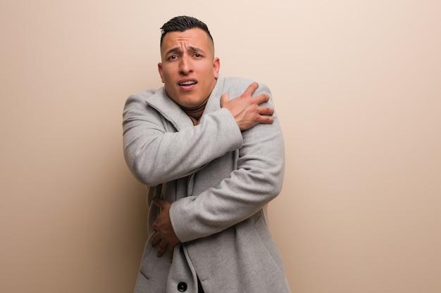 Homem de negócios jovem latina vai frio devido a baixa temperatura Foto Premium