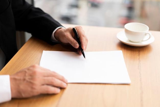Homem de negócios moderno, anotando Foto gratuita