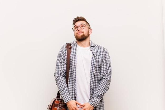 Homem de negócios moderno jovem sonhando em alcançar metas e propósitos Foto Premium