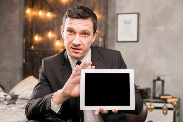 Homem de negócios no terno apresentando tablet Foto gratuita