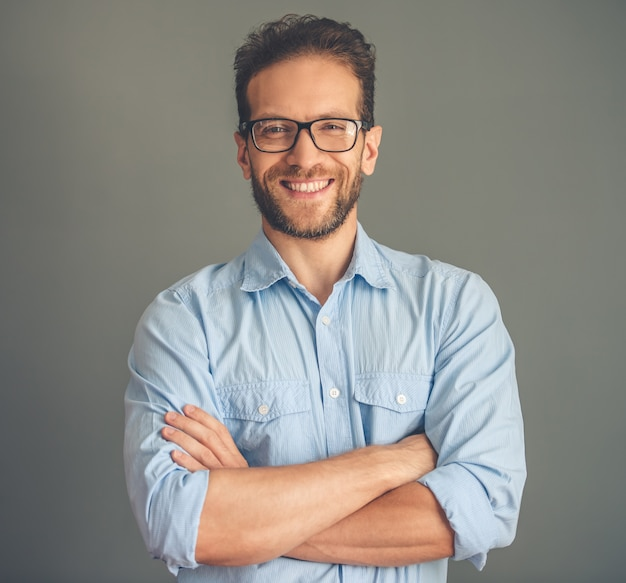 Homem de negócios novo considerável na camisa e nos monóculos. Foto Premium