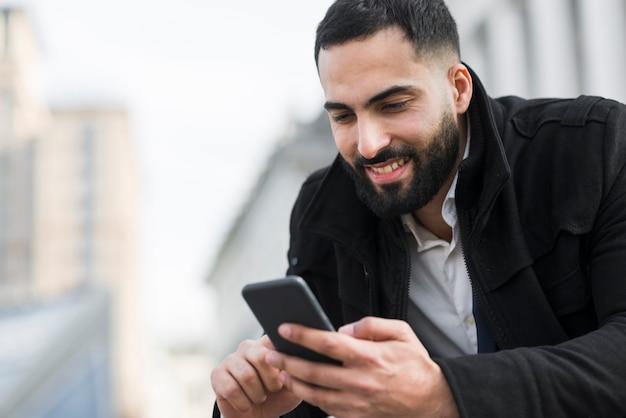 Homem de negócios, olhando para o celular Foto gratuita