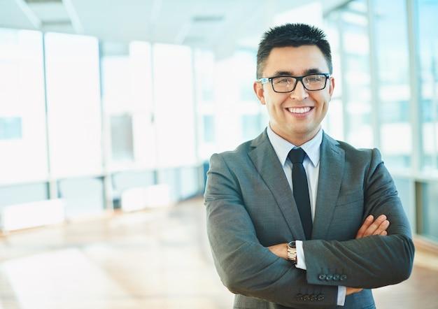 Homem de negócios orgulhoso em seu escritório Foto gratuita