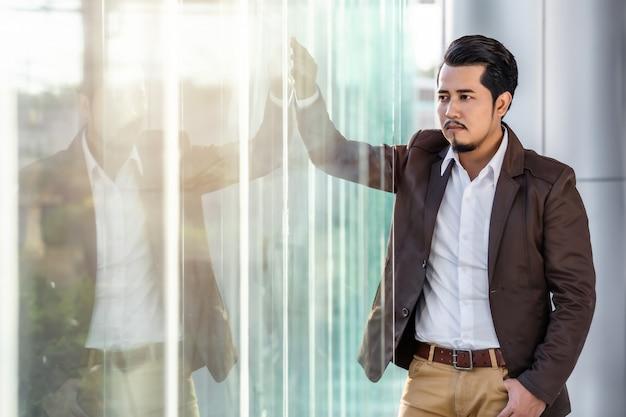Homem de negócios, pensando no escritório Foto Premium