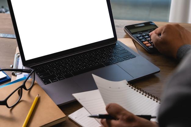 Homem de negócios portátil mão de homem trabalhando no computador portátil na mesa de madeira laptop com tela em branco na tela do computador de mesa Foto Premium
