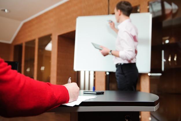 Homem de negócios que explica o plano de negócios aos colegas de trabalho no escritório. Foto Premium