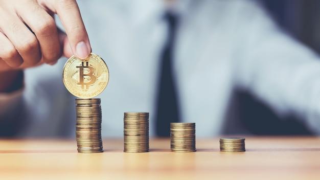Homem de negócios que põe bitcoins e moedas que crescem o conceito. o sucesso das metas financeiras. Foto Premium