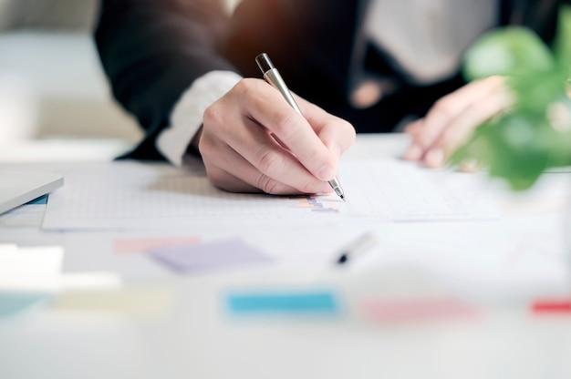 Homem de negócios que trabalha com relatório da carta do gráfico do original de dados ou pesquisa de mercado, desenvolvimento no escritório. Foto Premium