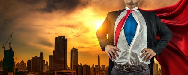 Homem de negócios super-herói na cidade Foto Premium