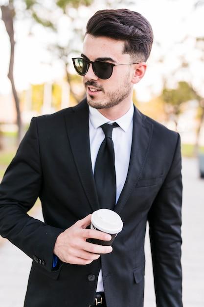 Homem de negócios, tendo um passeio no parque Foto gratuita